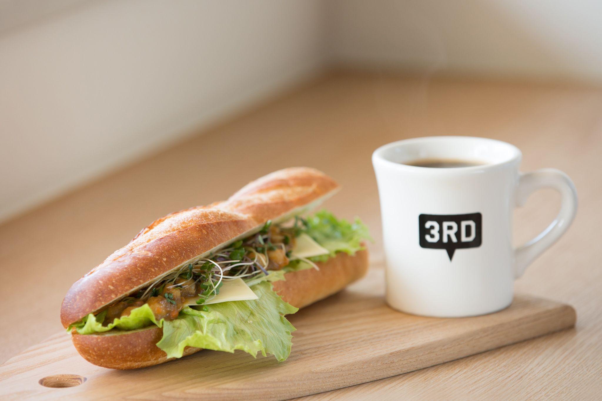 3RDのサンドイッチとコーヒー(提供:3RD CAFE&MORE)